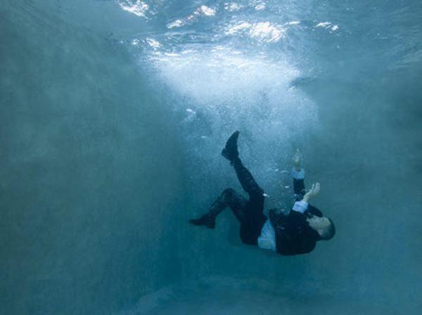 Nằm mơ thấy bản thân bị rơi xuống nước và đang vùng vẫy