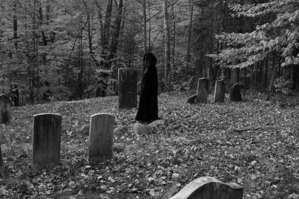Nằm mơ thấy người yêu cũ chết và mình ra nghĩa trang thăm mộ
