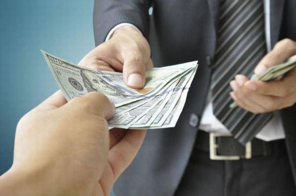 Nằm mơ thấy mình đang cho tiền giấy người khác