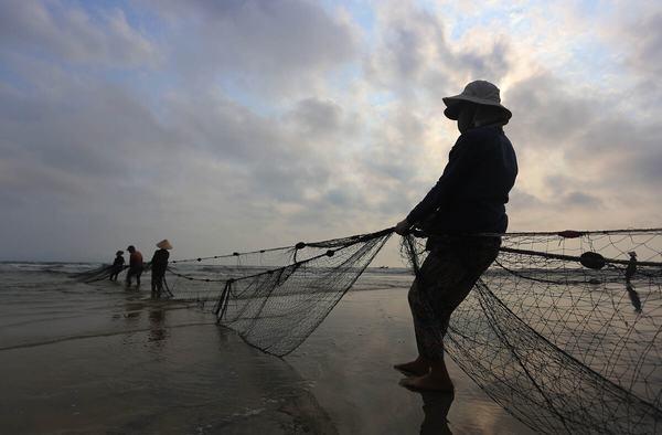 Nằm mơ thấy kéo lưới bắt cá đánh con gì, số mấy?
