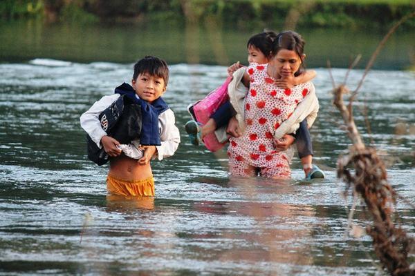 Chiêm bao thấy mình lội nước giữa dòng sông