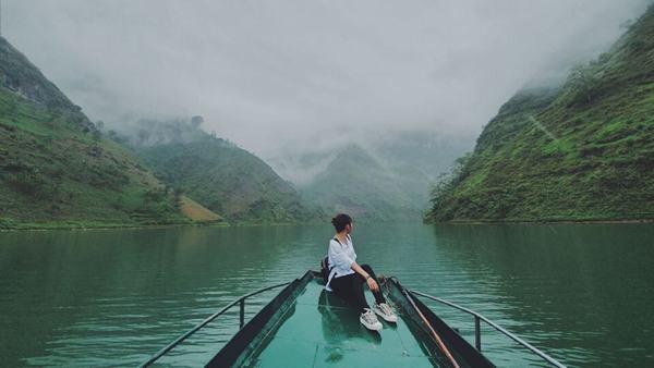 Ngủ nằm mơ thấy nước sông đánh con gì, số mấy?