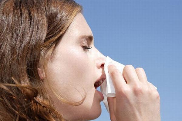 Những dấu hiệu và triệu chứng đi kèm với hắt hơi (hắt xì, nhảy mũi) là gì?