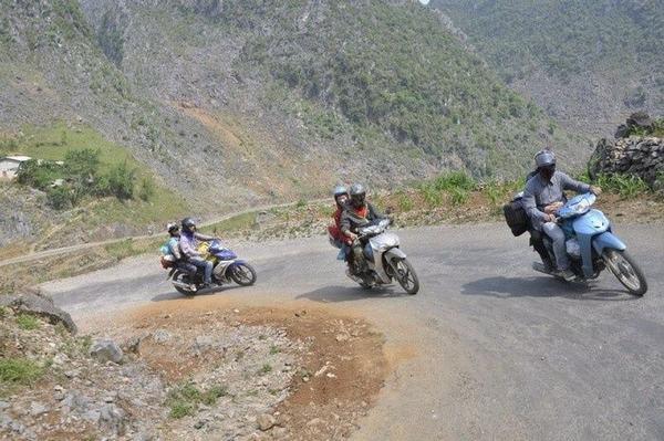 Ý nghĩa ngủ mơ thấy đi xe máy đang lên dốc.