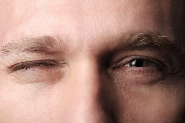 """Cách điều trị hiện tượng """"Nháy mắt phải"""""""