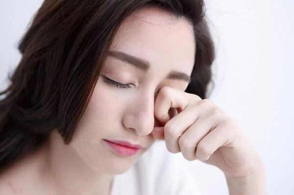 Nháy mắt trái ở mức độ nhẹ thì bạn chỉ cần kết hợp nghỉ ngơi và uống thuốc
