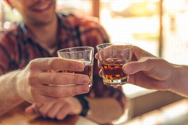 Nằm mơ thấy uống rượu đánh con gì số mấy?