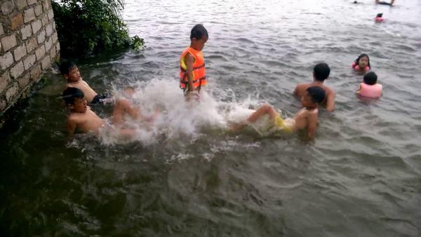 Nằm mơ thấy nhiều người tắm sông