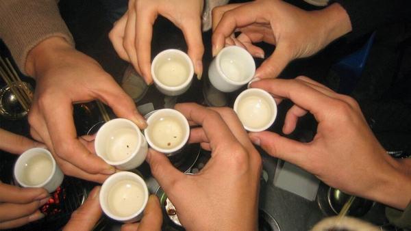 Chiêm bao thấy uống rượu với bạn bè